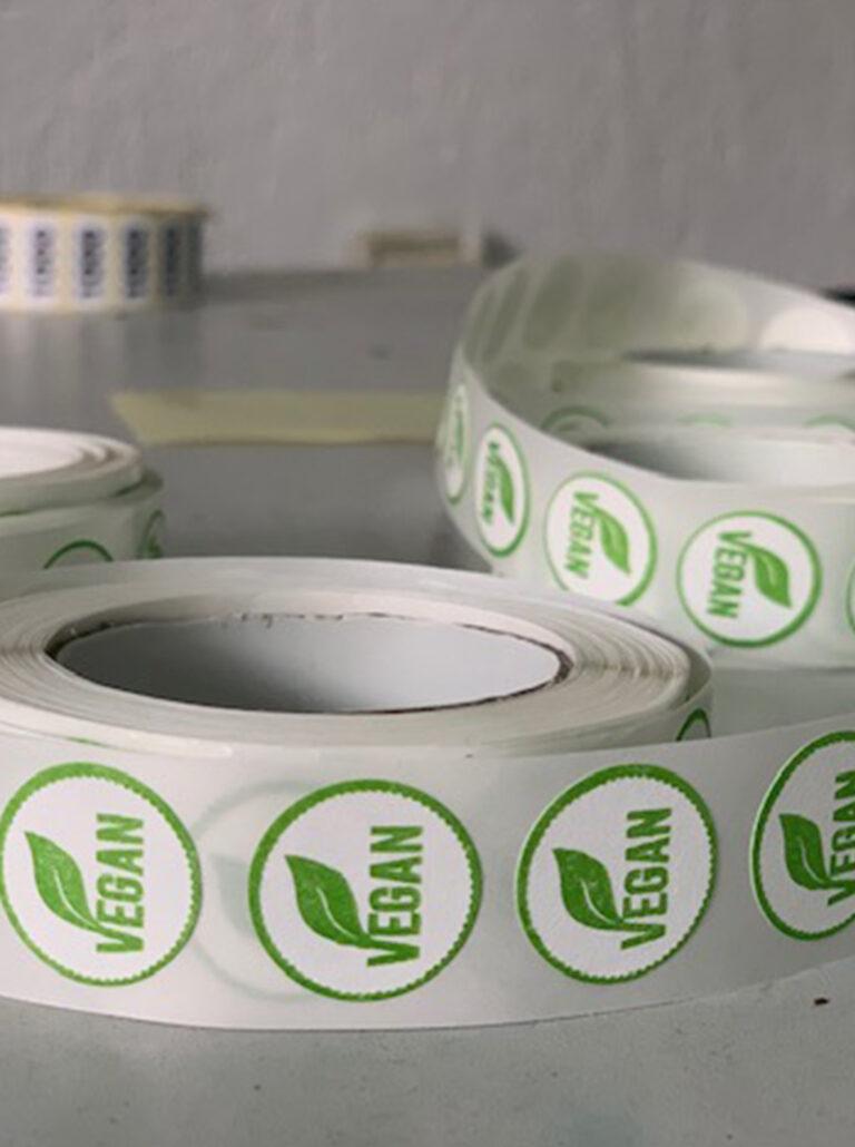 rol-etiketten-rolle-label-sticker-offset-druck-sample-a01-vegan-3